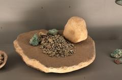 Hôtel de Fleury (Musée Dardé) - Meule en basalte et galet à cupule en quartzite. Néolithique final, Chalcolithique. La Capitelle du Broum, Péret. Avec résidus de concassage de minerais (quartz et malachite) Néolithique final, Chalcolithique. Mine de Pioch Farrus, Cabrières.