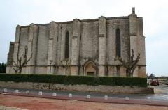 Eglise Sainte-Cécile - Français:   Loupian (Hérault) - église Sainte-Cécile (façade nord et porte des morts). Au premier plan, nef de l\'église paléochrétienne.