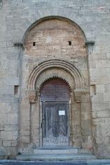 Eglise Saint-Hippolyte - Français:   Loupian (Hérault) - église Saint-Hyppolite - portail.