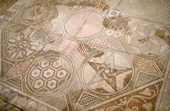 Parcelles contenant les vestiges d'une villa et de mosaïques gallo-romaines - Français:   Mosaïque aux étoiles de la villa gallo-romaine des Prés Bas à Loupian (Hérault).