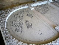 Parcelles contenant les vestiges d'une villa et de mosaïques gallo-romaines - Français:   Mosaïque aux pampres de vigne de la villa gallo-romaine des Prés Bas à Loupian (Hérault).