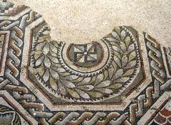 Parcelles contenant les vestiges d'une villa et de mosaïques gallo-romaines - Français:   Svastika de la villa gallo-romaine des Prés Bas à Loupian (Hérault).