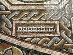 Parcelles contenant les vestiges d'une villa et de mosaïques gallo-romaines - Français:   Décor de l\'espace de réception de la villa gallo-romaine des Prés Bas à Loupian (Hérault).