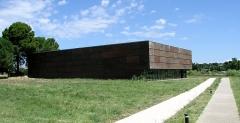 Parcelles contenant les vestiges d'une villa et de mosaïques gallo-romaines - Français:   Musée de site du bâtiment abritant la villa gallo-romaine des Prés Bas à Loupian (Hérault).