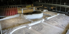 Parcelles contenant les vestiges d'une villa et de mosaïques gallo-romaines - Français:   Vue d\'ensemble du musée de site de la villa gallo-romaine des Prés Bas à Loupian (Hérault).