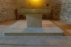 Eglise paroissiale Saint-Etienne -  Altar table In white marble from Carrara, consecrated by Saint  Rusticus thirty years after he became bishop of Narbonne.