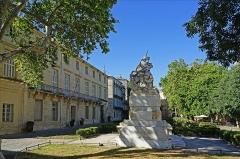 Fontaine des Licornes -  Le jardin de la Canourgue occupe une des plus anciennes places de Montpellier, à gauche l'hôtel de Belleval et au premier plan, la fontaine des Licornes.