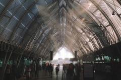 Gare -  Внутри здания железнодорожного вокзала Монпелье распыляют воду. До этого я такое только в уличных кафе видел.