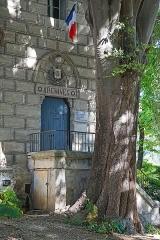Tour des Pins -  La tour des Pins est un élément des vingt-cinq tours de l'enceinte fortifiée qui protégeait la ville de Montpellier à la fin du XIIe siècle, début du XIIIe siècle. Elle en reste un des derniers vestiges En 1886, les archives municipales y sont transférées après restauration complète de l'édifice. La tour des pins abrite aujourd'hui des associations.