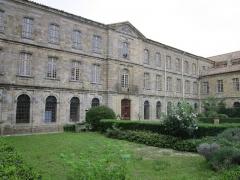 Ancien prieuré dit  château  de Cassan - Français:   Roujan (Hérault) - Abbaye de Cassan (Château de Cassan) - façade orientale.