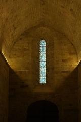 Ancien prieuré Saint-Michel de Grandmont -  Kirche des Priorats Saint-Michel de Grandmont, Bleiglasfenster im Westen und Spitztonnengewölbe