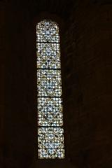 Ancien prieuré Saint-Michel de Grandmont -  Kirche des Priorats Saint-Michel de Grandmont, Bleiglasfenster im Westen, Darstellung: Ornament