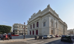 Eglise décanale Saint-Louis - Théâtre Molière, façade principale. Théâtre à l'italienne dont la construction débutat le 7 février 1898 par l'architecte Antoine Gour, il ouvrit ses portes le 12 avril 1904. Sète, Hérault, France.
