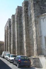 Eglise Sainte-Léocadie - Français:   Vic-la-Gardiole (Hérault)- Sainte-Léocadie - mur méridional avec ses contreforts
