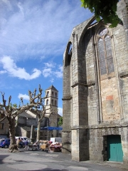 Eglise Saint-Majan - Français:   Villemagne-l\'Argentière (Hérault, Fr) -  marché aux livres. À gauche la tour du musée (anciennement église Saint-Grégoire) et à droite l\'église Saint-Majan.
