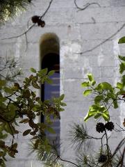 Ensemble historique et archéologique de la cité épiscopale et canoniale de Maguelone - Extérieur de la cathédrale Saint-Pierre-et-Saint-Paul de Maguelone, commune de Villeneuve-lès-Maguelone (34). Chevet. Fenêtre.