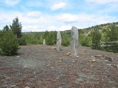 Trois menhirs, du deuxième groupe dit de la Fage, à 500 m du premier du même nom - Français:   L\'alignement de menhirs de Chabusses, site de la Cham des Bondons, Lozère Source: Bruno MARC ([1]) Licence: fr:GFDL