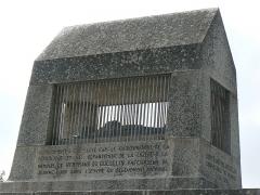Monument commémoratif de Duguesclin -  Cénotaphe de Bertrand du Guesclin à Châteauneuf-de-Randon en Lozère