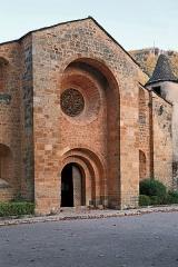 Eglise Saint-Pierre Saint-Paul - Deutsch: Kirche Saint-Pierre von Ispagnac. Das romanische Kirchengebäude stammt aus dem 12. Jahrhundert.