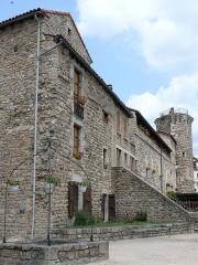 Remparts - Français:   Le Malzieu-Ville - Les remparts intégrés dans les maisons à côté de la mairie