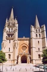 Cathédrale Notre-Dame et Saint-Privat -  France Lozère Mende Le parvis de la Cathédrale Photographie prise par GIRAUD Patrick Août 2005