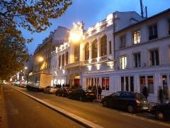 Ancien théâtre, actuellement cinéma le Trianon -  Le Trianon vue du metro anvers de nuit