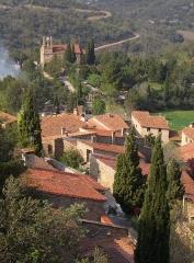 Eglise Notre-Dame - Deutsch: Castelnou, das Dorf von der Burg aus gesehen (Blickrichtung von Süd), im Hintergrund die Kirche Sainte-Marie du Mercadal
