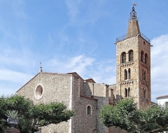 Eglise Saint-Pierre -  Le monument essentiel de la ville est sans aucun doute l'Église de Saint-Pierre, datant du XVII ème siècle. Cette église fut bâtie au XVIIème siècle, sur les bases d'une église romane, dont il ne reste aujourd'hui que le clocher de style lombard, du XIIème siècle. L'église est une grande nef flanquée de part et d'autre de quatorze chapelles. La voûte est en ogive, les arcs du transept dont en anse de panier, tandis que ceux des chapelles latérales sont en plein cintre. Du point de vue architectural, cette église, dont la construction s'échelonna sur cent ans (1606-1696) est d'une grande sobriété. www.prades.com/articles-3/21-35-eglise-saint-pierre-tresor/