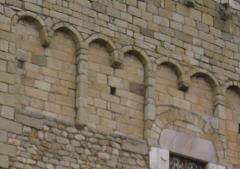 Eglise Saint-André de Sorède - Français:   Bandes lombardes sur la façade de Saint-André de Sorède --- http://fr.wikipedia.org/wiki/Saint-André_(Pyrénées-Orientales)