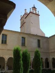 Restes du cloître -  Abbaye de Saint-Génis-des-Fontaines (Pyrénées-Orientales, Languedoc-Roussillon, France): vue du clocher et de la galerie sud du cloître (XIIIème siècle, clocher remanié)