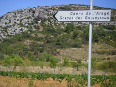 Grotte de la Caune de l'Arago - English: Arago-cave, near Tautavel (Perpignan-region), France: to the left of signpost