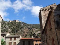 Fort Libéria (également sur commune de Fuilla) - Català: Placeta a la Rue Saint-Jacques, Vilafranca de Conflent. Al cim del turó es divisa el Fort Libéria.