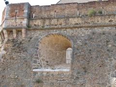 Fort Libéria (également sur commune de Fuilla) -  Fort Libéria: Die eindrücklichen Aussenmauern des Fort