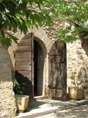 Fort Libéria (également sur commune de Fuilla) -  Fort Libéria: Stillleben (Eingang zur Kapelle)