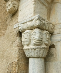 Chapelle Notre-Dame de Vilar - Deutsch: Portal der romanischen Kapelle Santa Maria del Vilar, linkes Kapitell, 11.Jh., Villelongue-dels-Monts, Frankreich.
