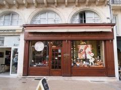 Chocolaterie - Français:   Chocolaterie 18 place de l\'Hôtel de ville à Angoulême en Charente (France), (inscrit, 1987)