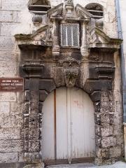 Immeuble - Français:   Porte de l\'ancien couvent des Carmes, rue Turenne à Angoulême en Charente (France),  (Inscrit, 1925)
