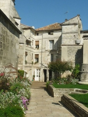 Ancienne lanterne des morts - English: houses near St André's church in Angoulême, SW France