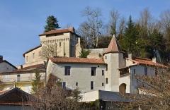 Château - Français:   Maison avec tour et château, vus du sud-est d\'Aubeterre-sur-Dronne, Charente, France.