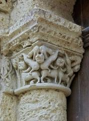 Eglise Saint-Jacques - Français:   Colonne érodée et chapiteau au bestiaire fabuleux (XIIe siècle), portail de l\'église Saint-Jacques, Aubeterre-sur-Dronne, Charente, France.