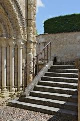 Eglise Saint-Jacques - Français:   Escalier d\'accès au parvis de l\'église Saint-Jacques (XIIe siècle) d\'Aubeterre, Charente, France
