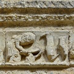 Eglise Saint-Jacques - Français:   Frise avec personnages: détail de la façade de l\'église (XIIe siècle); Aubeterre-sur-Dronne, Charente, France.