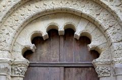 Eglise Saint-Jacques - Français:   Intrados polylobé. Portail de l\'église Saint-Jacques (XIIe siècle) d\'Aubeterre, Charente, France