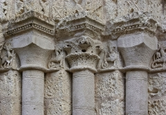 Eglise Saint-Jacques - Français:   Restauration partielle de colonnes et de chapiteaux, église d\'Aubeterre, Charente, France.