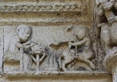 Eglise Saint-Jacques - Français:   Frise de la façade représentant le sagittaire et un homme attablé, église Saint-Jacques (XIIe siècle), Aubeterre-sur-Dronne, Charente, France.