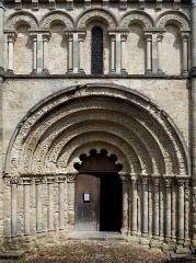 Eglise Saint-Jacques - Français:   Portail, tympan et arcatures du premier niveau de la façade. Église Saint-Jacques (XIIe siècle), Aubeterre-sur-Dronne, Charente, France.