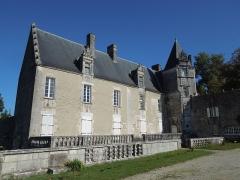 Château du Breuil - Deutsch: Das Château du Breuil bei Bonneuil, nach Süden ausgerichtete Hofseite mit Terrasse; zwischen der Terrasse und der Mauer im Vordergrund verläuft der gemauerte Wassergraben.