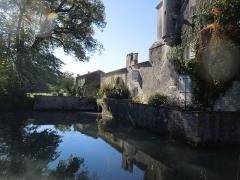 Château du Breuil - Deutsch: Das Château du Breuil bei Bonneuil, die Ostseite mit dem aufgestauten Teich, der den gemauerten Burggraben mit Wasser speist