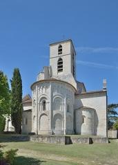 Eglise Saint-Jean-Baptiste - Français:   Abside de l\'église paroissiale Saint-Jean Bourg-Charente en France - Église rebâtie dans le troisième quart du xiie siècle avec portail à quatre voussures, façade à trois étages et abside circulaire. Elle est classée monument historique depuis 1913