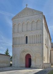 Eglise Saint-Jean-Baptiste - Français:   Façade de l\'église paroissiale Saint-Jean a Bourg-Charente en France - Église rebâtie dans le troisième quart du xiie siècle avec portail à quatre voussures, façade à trois étages et abside circulaire. Elle est classée monument historique depuis 1913